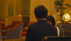 ドラマパパ活ホテルロビーのシーン