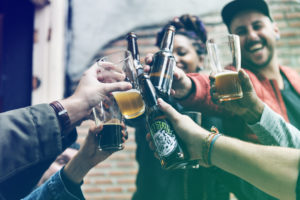 意味 酒 ヤクザ 呷るの意味とは?煽るとの違い&お酒を呷る女性に対する男性の本音